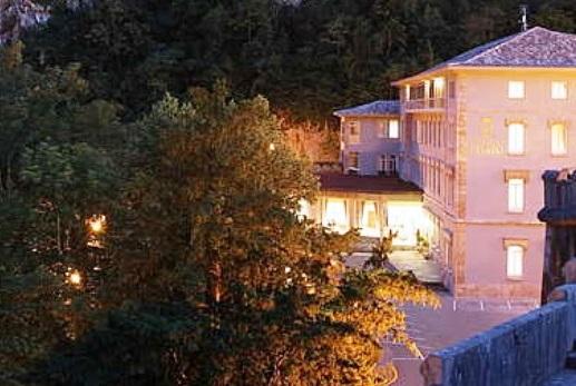 Imagen nocturna del exterior del Hotel Pelayo en el Directorio de Empresas del Elefante Azul de Avilés