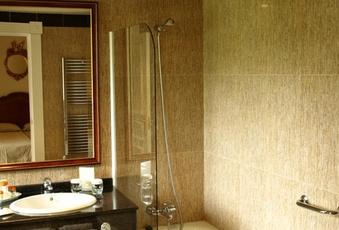 Foto del baño de una habitación del Hotel Pelayo en el Directorio de Empresas del Elefante Azul de Avilés