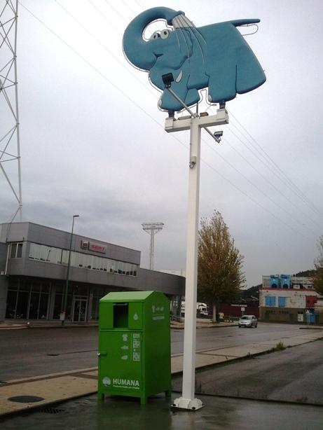Imagen del Elefante Azul invitando a las personas a donar su ropa y calzado usados en el contenedor de Humana del Centro de lavado de coches de la Ría de Avilés.