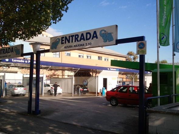 Imagen del Elefante Azul invitando a todos a donar la ropa y el calzado usados en el contenedor de Humana, en el Centro de lavado de coches de Canapés (Avilés).