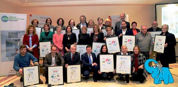 Una Foto de todos los premiados por Humana junto al Elefante Azul de Avilés