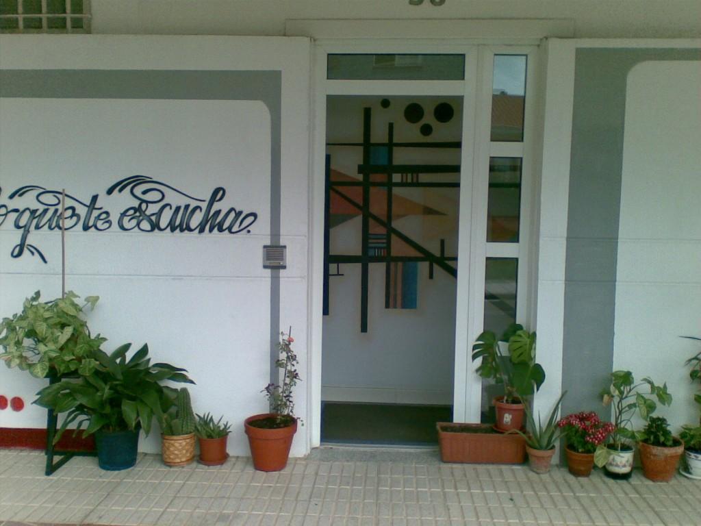 Entrada del Estudio de Grabación Merlín Línea, en el directorio de empresas de los Centros de lavado de coches Elefante Azul de Avilés