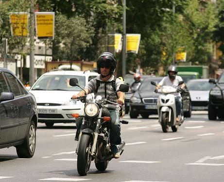 Foto de motos por la ciudad en el sitio web del Centro Elefante Azul de Avilés