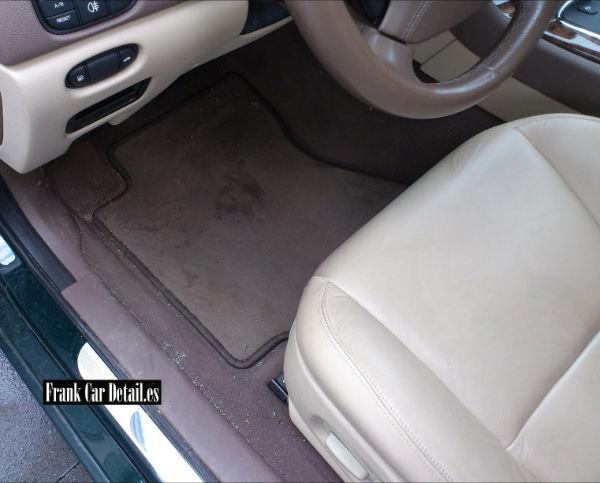 El interior del vehículo antes de su limpieza en Frank Car Detail. Centro de lavado de coches Elefante Azul de Avilés