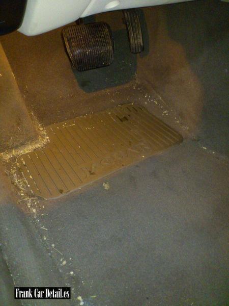 Otra imagen del interior del vehículo antes de su limpieza en Frank Car Detail. Centro de lavado de coches Elefante Azul de Avilés