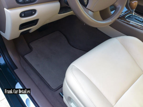 El interior del vehículo después de su limpieza en Frank Car Detail. Centro de lavado y detallado de coches Elefante Azul de Avilés